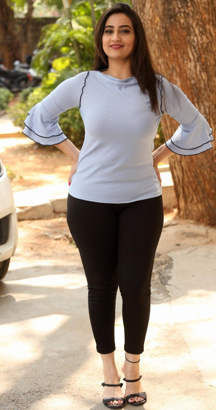 Telugu Actress Manjusha In Tight Black Jeans